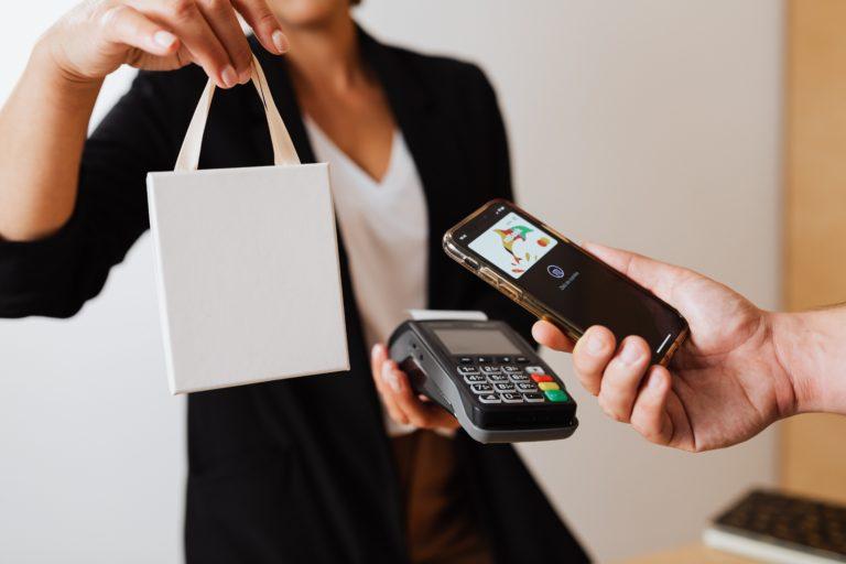 Avec une solution click and collect, il est possible de payer avec son téléphone et de retirer sa commande en magasin