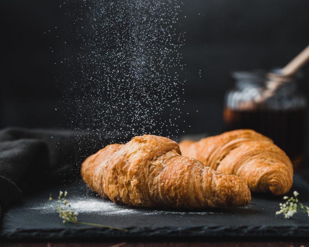 Deux croissants à refaire chez-soi ou à acheter dans une boulangerie en click and collect