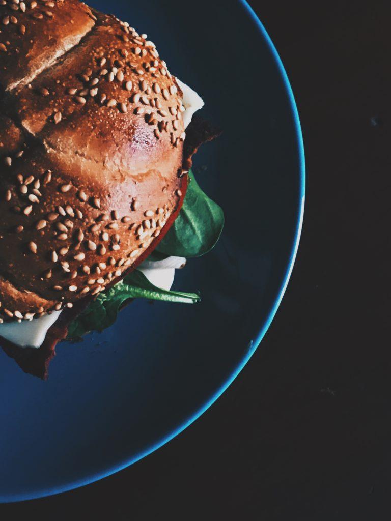 Un pain de burger à reproduire chez-soi ou à acheter en Click-and-Collect