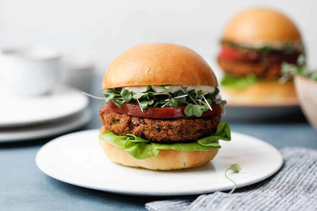 Un burger typique de la cuisine végétale